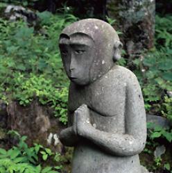 富士山の使いである猿の石像