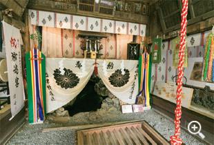 神社内の胎内樹形の入口_サムネイル