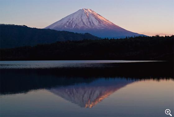 夕暮れの西湖根場浜 根場浜は入り江になっているので逆さ富士が見えやすい