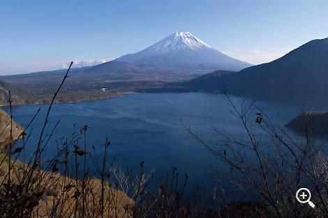 「千円札の富士山」を求めて冬枯れの中ノ倉峠を登る。撮影ポイントまで湖畔から30分ぐらい
