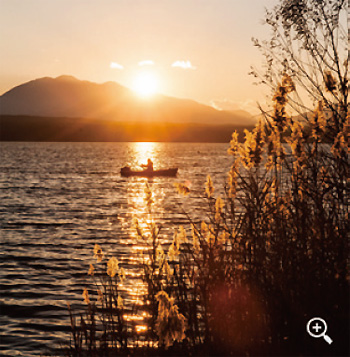 西に傾き始めた太陽を映す西湖畔