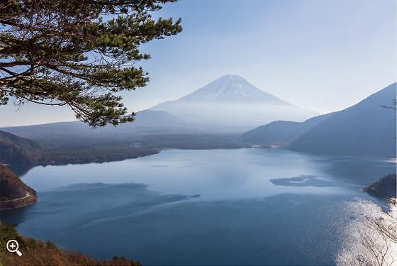 岡田紅葉さんはここに三脚を立てたのだろうか?「千円札の富士山」を遠望する。かすかに本栖湖に富士山の影が!