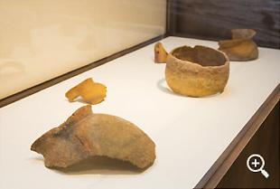 本栖歴史館に陳列されている湖底遺跡の土器の数々