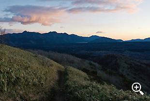 竜ヶ岳の笹原を登りながら西湖方面を。空が明るくなってきた
