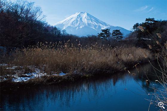 岡田紅陽写真美術館前に流れる桂川から富士山を望む