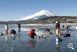 人気のドーム船でのワカサギ釣りの他、平野地区で湖面が凍結すると穴釣りも楽しめる。