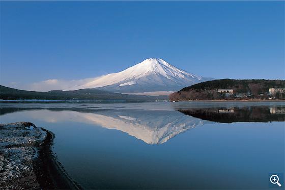 冠雪の富士山を鏡のように映し出す山中湖(平野地区)