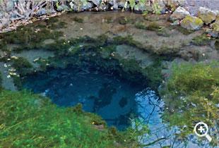 池の直径約2m水量豊富な「御釜池」(第二の霊場)